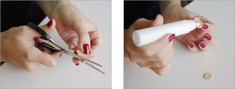 Schaumgummi-Kreise ausschneiden und mit Klebstoff betupfen