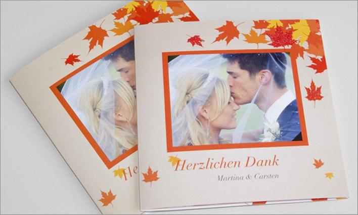 Hochzeitseinladungen mit glitzernden Herbstblättern