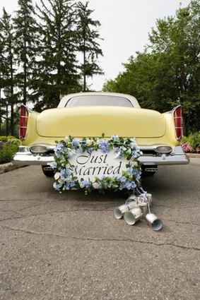 Blechdosen am Hochzeitsauto