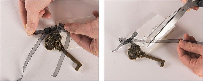 Schritt 3 - Bändchen zusammen mit dem Schlüssel befestigen, Schritt 4 - Schleife zuschneiden