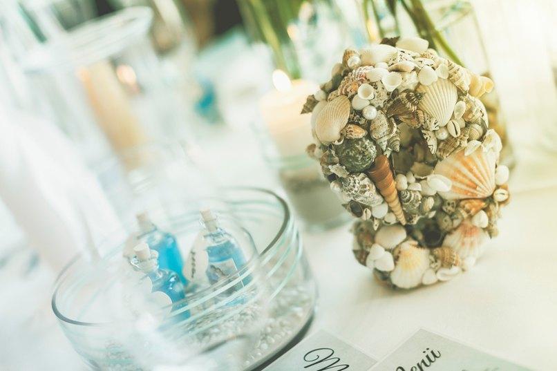 Die Tischdeko ist bei dieser Hochzeitsfarbe in Sand und Beige gehalten