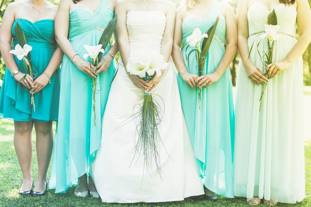 Brautjungfernkleider passen perfekt in das Farbschema der Meereshochzeit