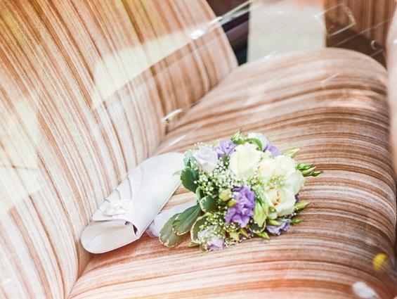 Der Brautstrauß in mit lila Fresien und viel großblättrigem Grün