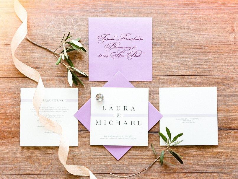 Auch die Hochzeitseinaldungen passen perfekt ins Farbkonzept