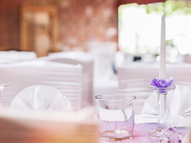 Mit kleinen Farbtupfen in Lila wird die Tischdeko für die Hochzeit perfekt