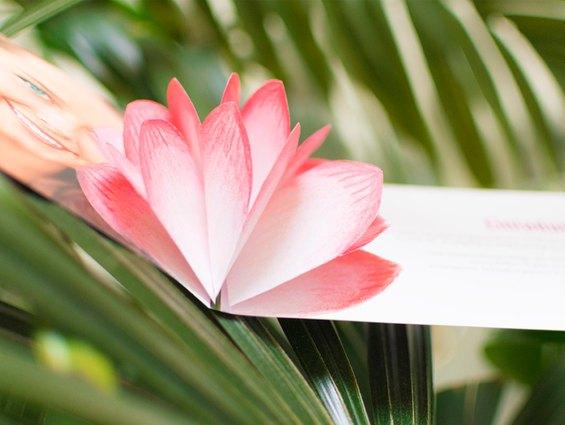 Eine Blüte in der Einladungskarte für die Konfirmation ist einfach gebastelt