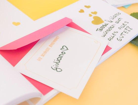 Eine versteckte Botschaft im Gästebuch ist eine tolle Erinnerung für das Brautpaar.