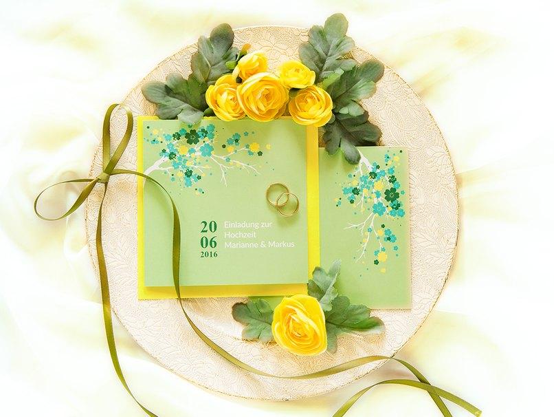 Die Hochzeitsfarben Gelb und Grün sind auch auf den Hochzeitskarten vertreten