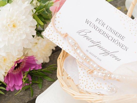 Wunderschöne Perlenarmbänder für die Brautjungfern.