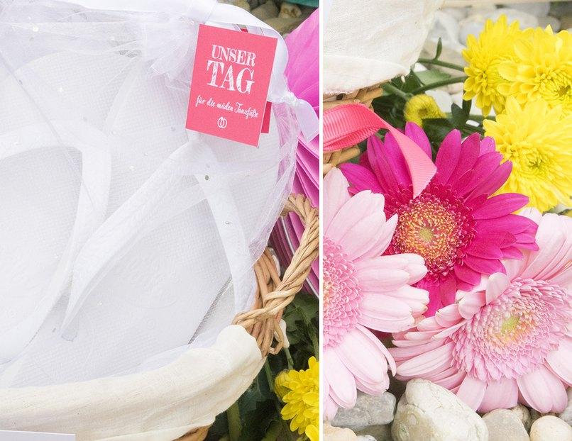 Hübsche Zehentrenner und frische Hochzeitsblumen, da bekommt jeder Gast Lust zu tanzen.