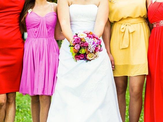 Bunte Brautjungfernkleider passen perfekt zur Mottohochzeit