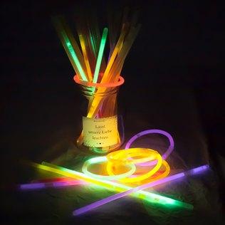 Leuchtende Knicklichter die Hochzeit