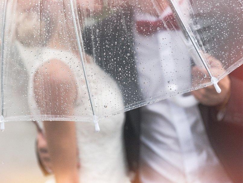 Regen bei der Hochzeit ist nicht schlimm, wenn ausreichend Schirme vorhanden sind