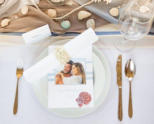Dank der mediterranen Tischdekoration fühlt man sich wie im Urlaub.