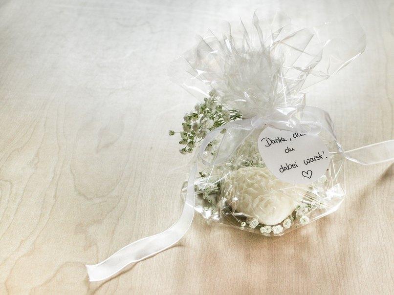 Hochzeits-Gastgeschenk mit Schleierkraut-Dekoration