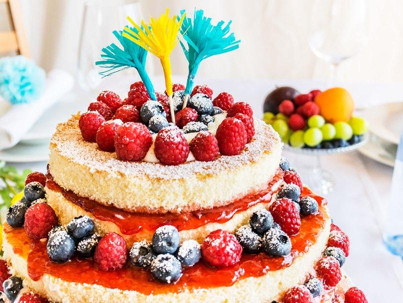 Festliche Torte mit Papier-Puschel-Deko