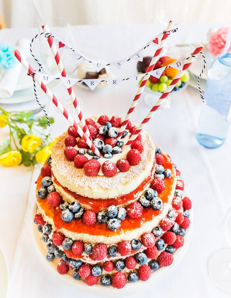 Hochzeitstorte mit selbst gebastelter Cake-Topper-Girlande
