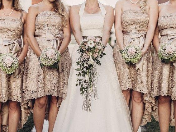 Mit den perfekten Brautjungfernkleidern in Altrosa sticht die Braut hervor