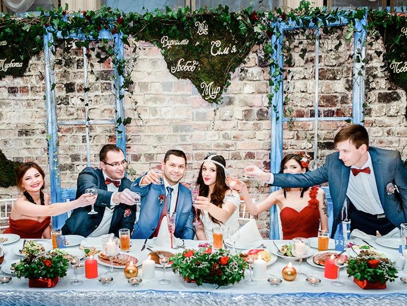 Bei der Hochzeitsdeko im Winter kommt Farbe ins Spiel