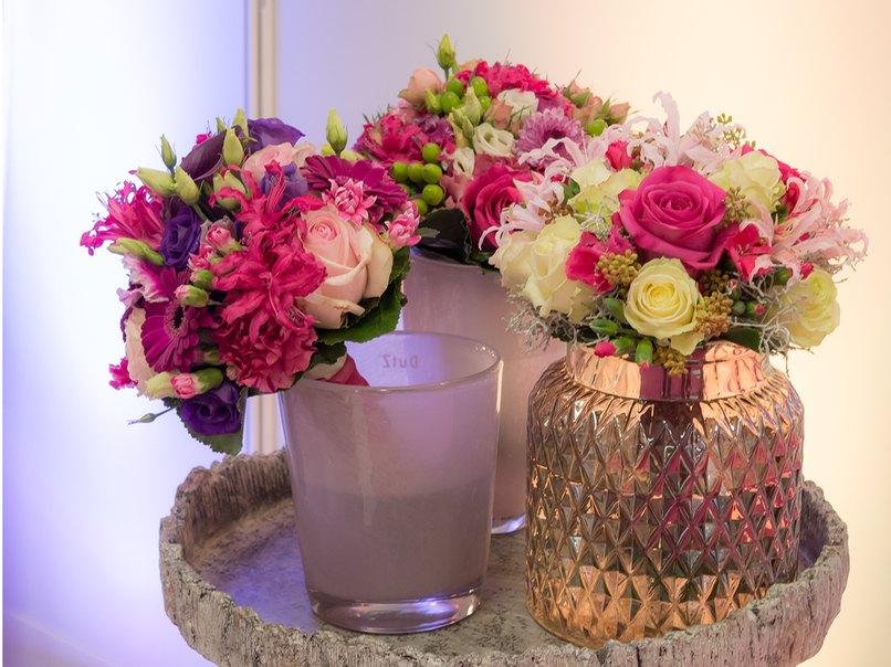 Pink, Lila und Weiß. Bei einer Hochzeit darf ruhig auch mit knalligen Farben dekoriert werden.