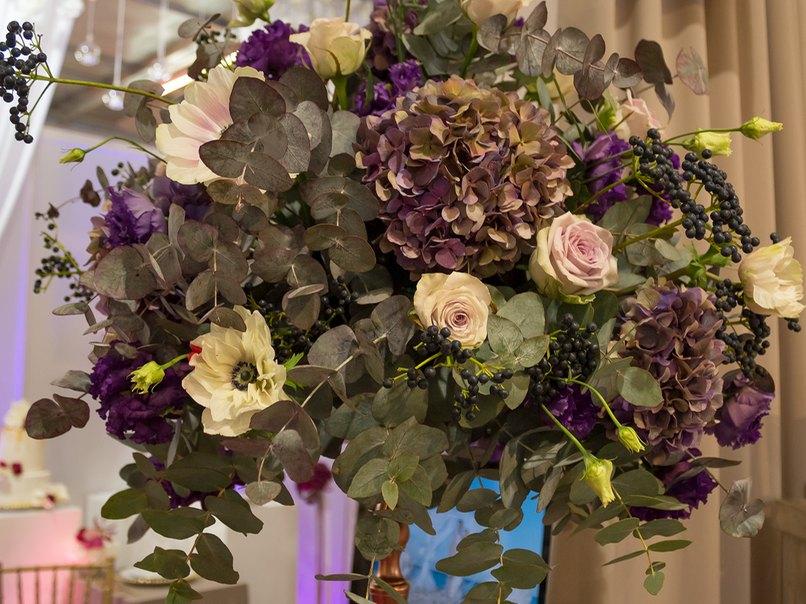 Eine opulente Blumendeko für die Hochzeit