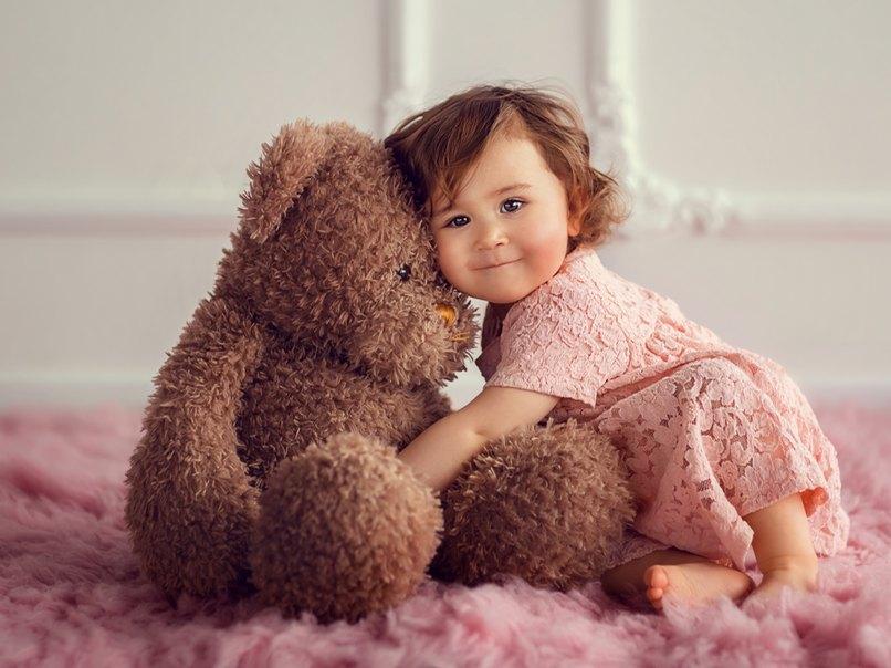 Das Lieblingsspielzeug eignet sich perfekt, um die Kleinen für's Familienfoto bei Laune zu halten