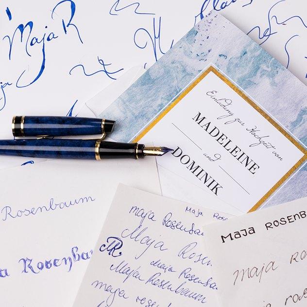 Kuverts für die Hochzeitseinladung eindrucksvoll beschriften.